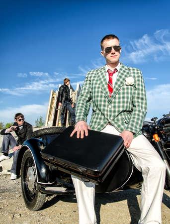 malandros: Mafia: Tres delincuentes con una maleta y armas Foto de archivo