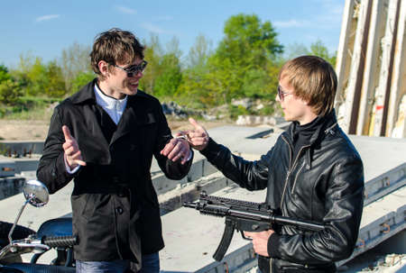 malandros: Conversación entre dos matones en una obra en construcción abandonada Foto de archivo