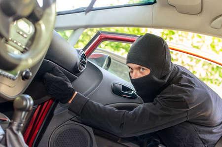 ladron: Ladr�n en la m�scara se rompe la puerta en el coche
