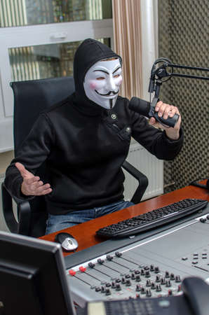 expresses: Antiglobalist expresses its demands on the radio