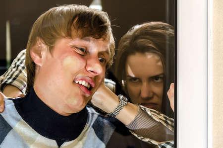 venganza: Mujer Oficina de la venganza del hombre presionado contra el cristal