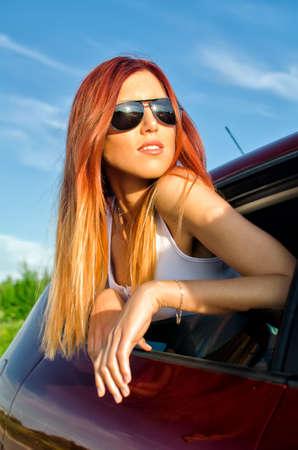 pelirrojas: Retrato de una chica sexy de ventanilla del coche Foto de archivo
