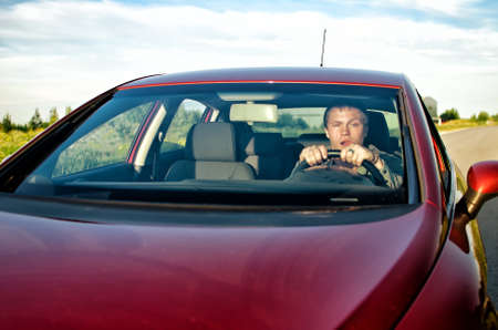 hombre conduciendo: Hombre borracho conduciendo un coche