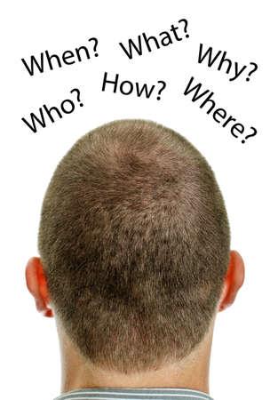 persona confundida: Primer plano de cabeza del hombre con sus preguntas. Aislado en blanco.