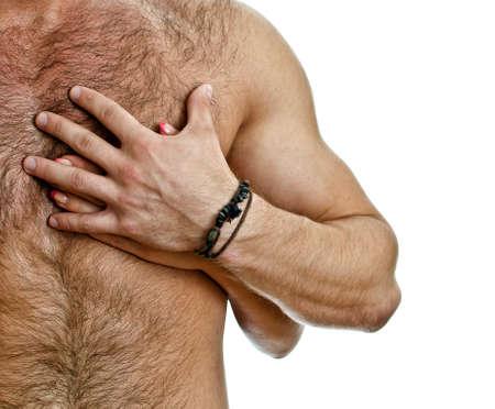 pareja desnuda: Mano masculina y femenina en el pecho del hombre. Aislado en blanco.