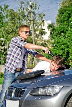 car theft: El hombre de la pistola de amenazar a otro hombre
