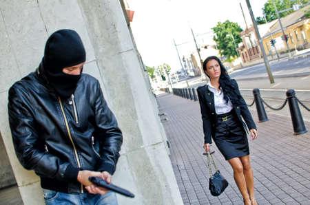 hijacker: Bandido en m�scara con pistola esperando v�ctima