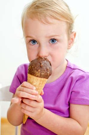 Menina bonito que come sorvete Imagens - 14903094