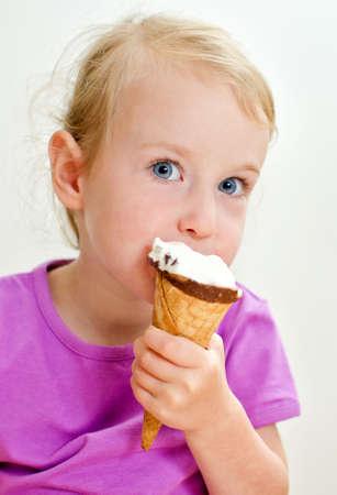 eating ice cream: Cute bambina di mangiare il gelato