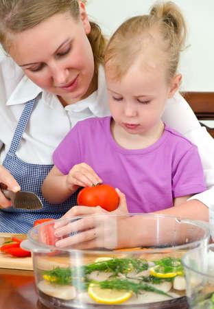 haushaltshilfe: Mutter und Tochter Zubereitung von Speisen in Dampfer.