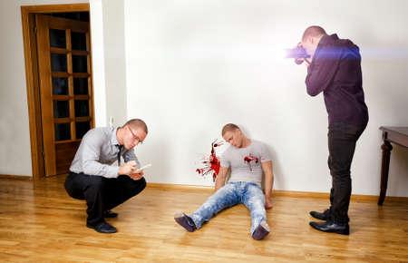 escena del crimen: Asesinato escena con dos analistas forenses que investigan un crimen Foto de archivo