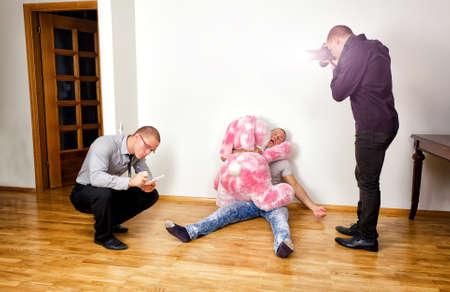 ridicolo: Scena del delitto con due analisti forensi indagando su un crimine Archivio Fotografico