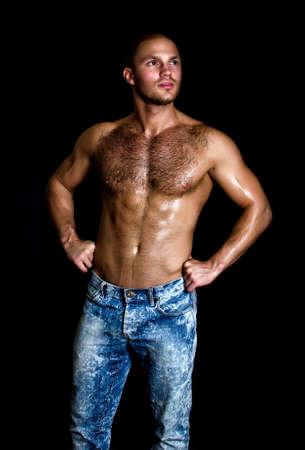 desnudo masculino: Retrato de un hombre guapo musculoso con el torso desnudo Foto de archivo