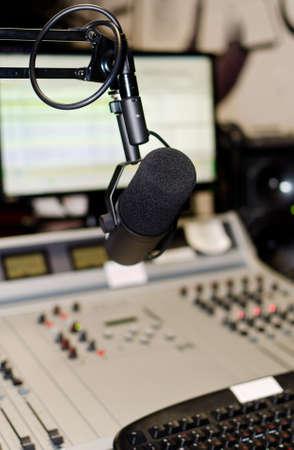 ラジオ スタジオでミキシング パネルの一部