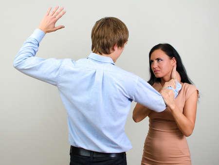 novios enojados: El hombre golpeando a una mujer que representa la violencia dom�stica