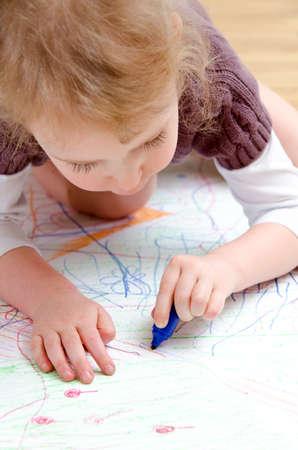 niños dibujando: Dibujo Niña linda con el lápiz Foto de archivo