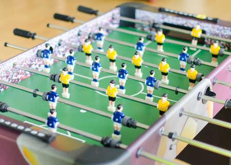 黄色と青のプレイヤーとテーブル サッカー ゲーム