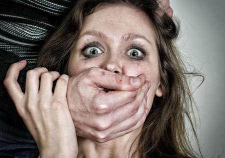 怖い女性の肖像画涙暴力概念