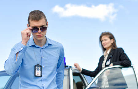 fbi: Deux agents du FBI � proximit� de la voiture avec flasher Banque d'images
