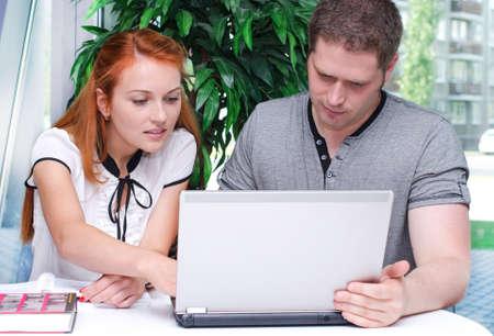 男性と女性学生のラップトップを使用して 写真素材