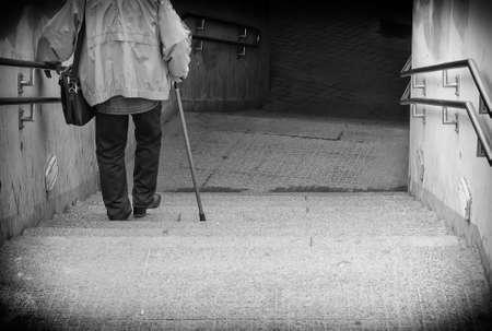 Seltene Ansicht von Senior kommen die Treppe hinunter. Schwarz und weiß