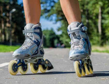 ローラーブレードで女性の足のクローズ アップ ビュー 写真素材