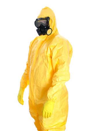 riesgo biologico: El hombre en traje de materiales peligrosos de protección aislado en blanco