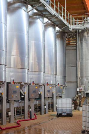 Produzione di vino serbatoi enologici moderni Archivio Fotografico - 23928816