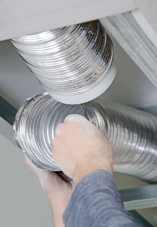 aire acondicionado: Hombres manos la creaci�n de sistema de ventilaci�n en el interior Foto de archivo
