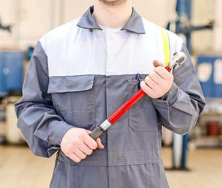 torque wrench: Mechanic with torque wrench at auto repair shop