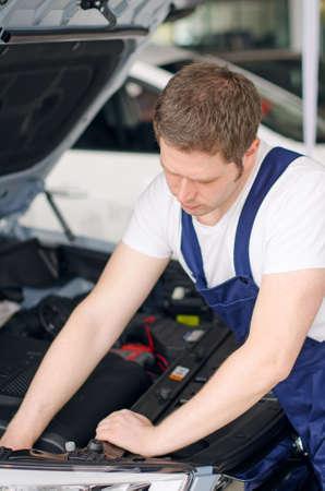 auto mechanic: Young mechanic repairing car in service center