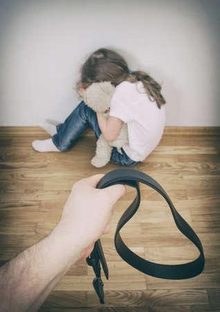 maltrato: Niña llorando en el concepto de violencia doméstica esquina Foto de archivo