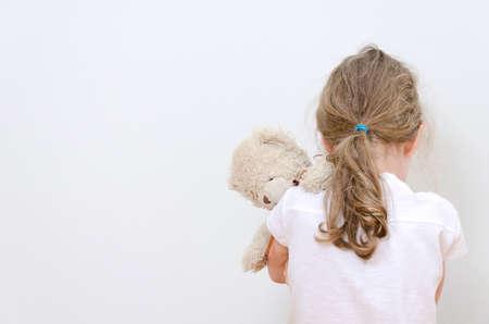コーナー家庭内暴力概念で泣いている小さな女の子