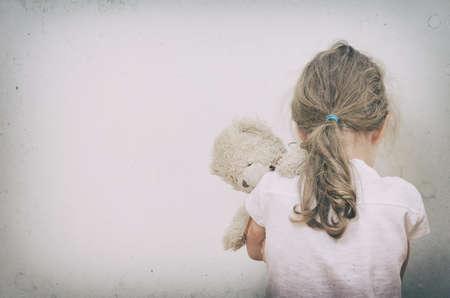 코너 가정 폭력의 개념에 우는 어린 소녀 스톡 콘텐츠