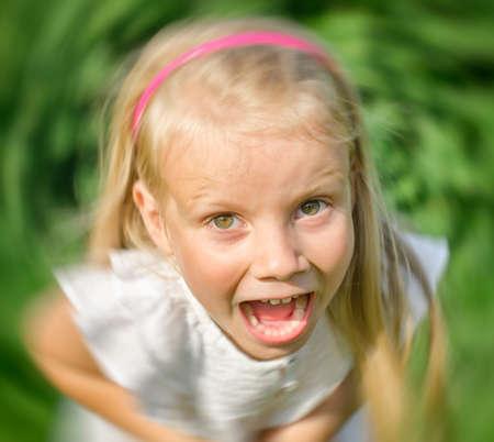 Ni�a enojada que grita a la c�mara. photo