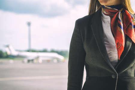 hotesse avion: H�tesse de l'air sur l'a�rodrome de place pour votre texte Banque d'images