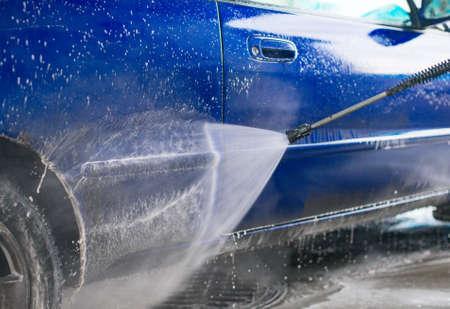 mantenimiento: Lavado de coches azul utilizando chorro de agua a alta presi�n.