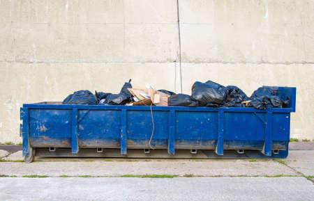 Blu contenitore di spazzatura sulla strada. Archivio Fotografico - 39235235