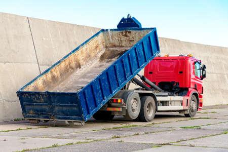 transport: Röd lastbil med en löstagbar behållare.
