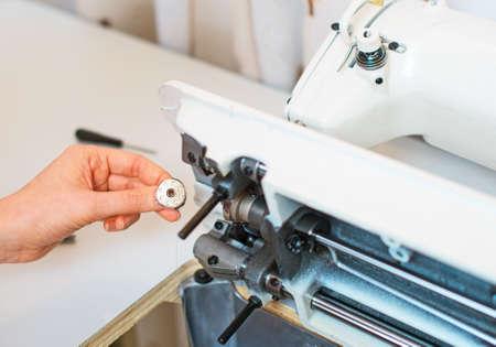 empleadas domesticas: Mano femenina que la m�quina de coser de fijaci�n. Mantenimiento. Foto de archivo