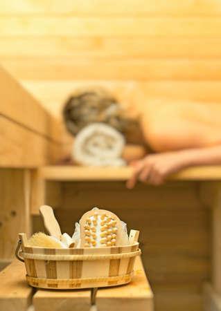sauna nackt: Spa-Zubeh�r in der Sauna. Frau auf Hintergrund. Lizenzfreie Bilder