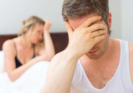 sexo femenino: Malestar joven pareja que tiene problemas con el sexo.