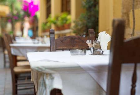 Mediterránea exterior terraza del restaurante con sillas. Foto de archivo - 46792737
