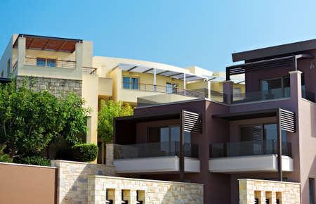 fachada: Dos edificios de apartamentos tropicales con balcones.