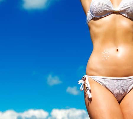 Sexy corpo femminile sullo sfondo del cielo. Spazio per il testo. Archivio Fotografico - 48555885