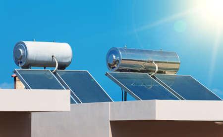 economía: Sistema de calentamiento solar de agua en los tejados.