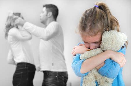 alcoholismo: Los padres se pelean en casa, niño está sufriendo.