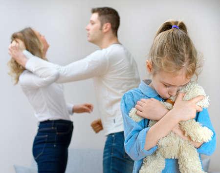 家でけんかばかりしている両親、子供に苦しんでいます。 写真素材