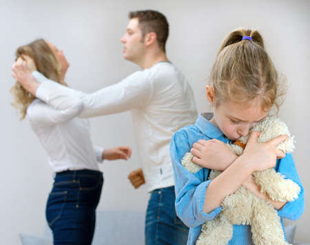 I genitori litigare a casa, bambino è affetto. Archivio Fotografico - 50404470