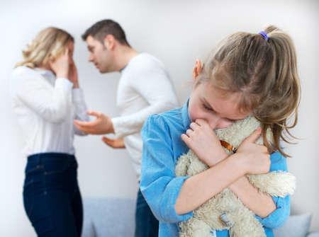 I genitori litigare a casa, bambino è affetto. Archivio Fotografico - 50404501